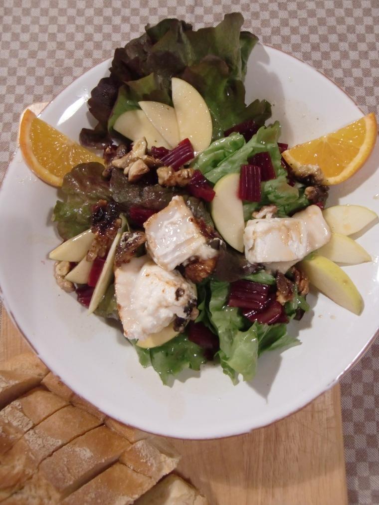 herbstlicher rote bete salat mit ziegenk se apfelspalten und ger steten waln ssen. Black Bedroom Furniture Sets. Home Design Ideas
